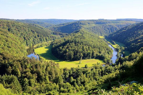 Vista da formação conhecida como Tumba do Gigante e do rio Semois, na região das montanhas de Ardenas, no sudeste belga.