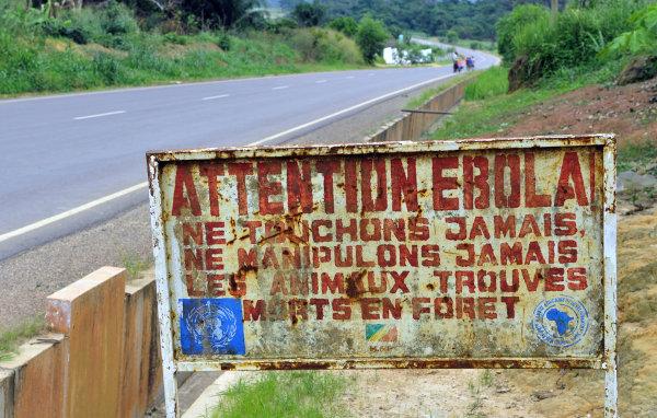 Fotografia de uma placa no Congo, África, sinalizando que a região apresenta casos de ebola. [1]