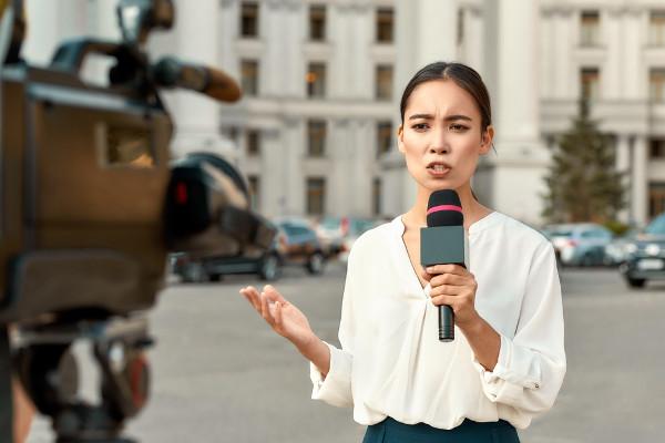 Uma das funções do repórter é fazer a cobertura de uma notícia para telejornais.