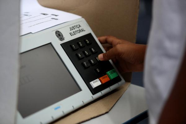 A OEA promove o acompanhamento das eleições por meio das Missões de Observação das Eleições, feitas mediante a solicitação dos países-membros. [1]