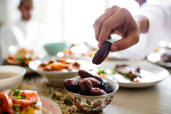 Depois que o Sol se põe, os muçulmanos realizam o Iftar, a refeição da noite.