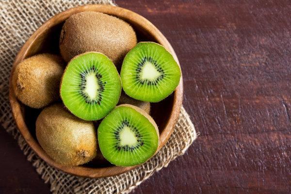 O kiwi é um fruto rico em vitamina C.