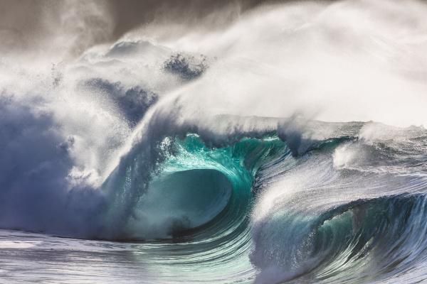 Tsunamis são ondas gigantes que se formam no oceano por causas diversas, como movimentos de placas tectônicas.