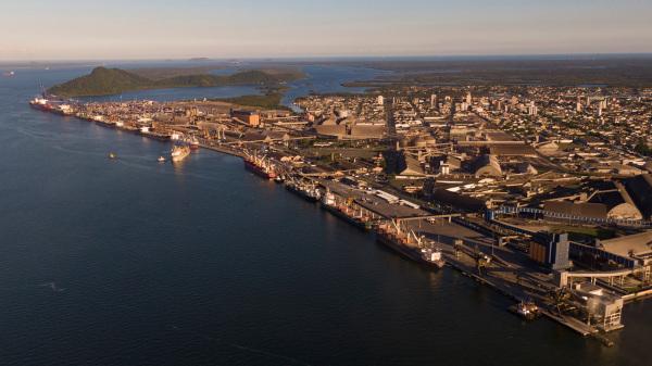 O porto de Paranaguá é o maior porto graneleiro da América Latina.