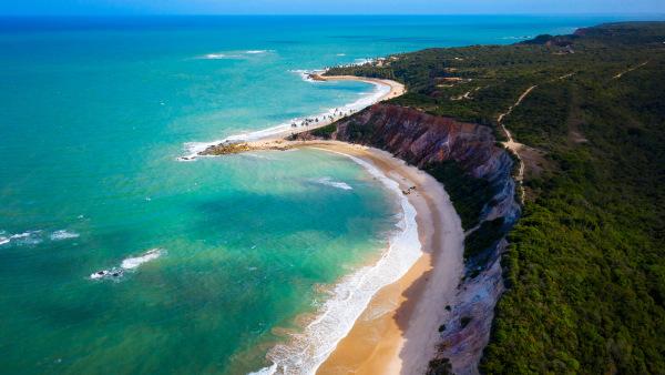 Vista das falésias da Praia de Tabatinga, no município de Conde, próximo à capital, João Pessoa.