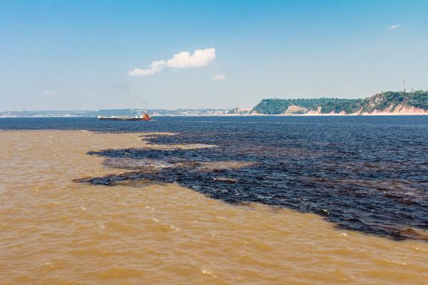 Encontro das águas dos rios Negro e Solimões.