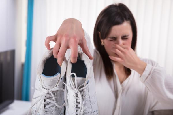 Não repetir o mesmo sapato por vários dias ajuda a evitar o chulé.