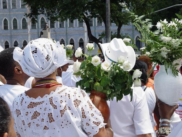 A Lavagem das Escadarias de Bonfim reúne milhares de fiéis anualmente na capital, Salvador. [1]