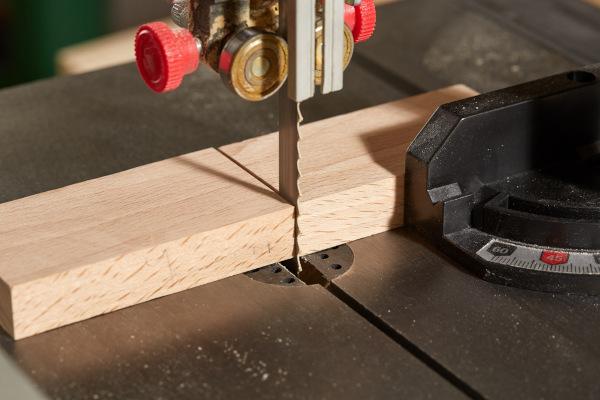 As plantas são muito utilizadas economicamente. A madeira obtida de árvores, por exemplo, é usada na fabricação de móveis.
