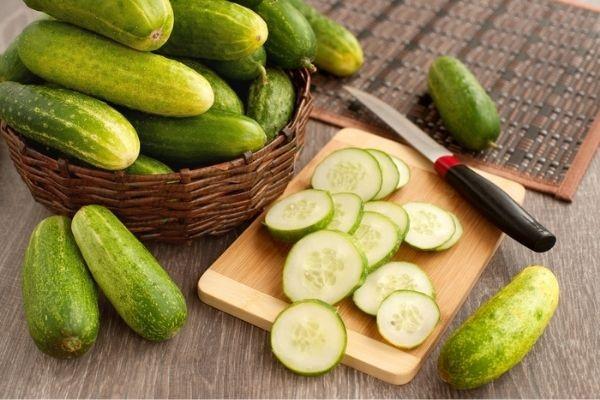 O pepino é um vegetal que pode ser utilizado na culinária e em cosméticos.