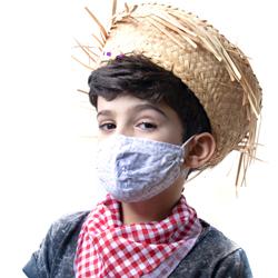 Criança vestida com roupa de festa junina e máscara