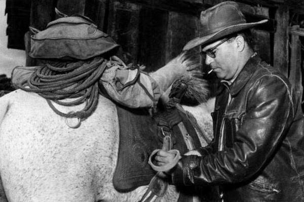 O autor Guimarães Rosa com um cavalo durante uma viagem.