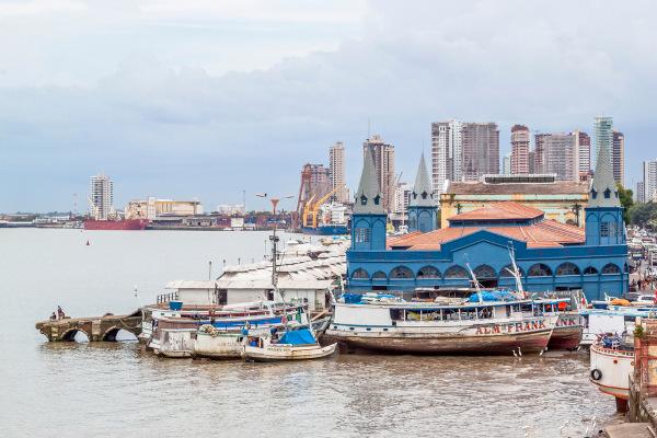 Vista do famoso Mercado Ver-o-Peso e barcos na Baía de Guajará, em Belém do Pará.