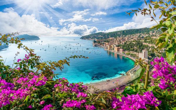 Vista aérea da costa da Riviera Francesa com a cidade medieval de Villefranche sur Mer, região de Nice, França.