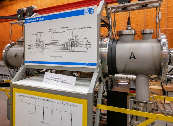Relógio atômico de césio, localizado na Alemanha, que manterá a precisão por 2 milhões de anos. [1]