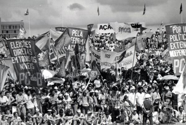 Multidão manifestando pelas eleições diretas.[1]