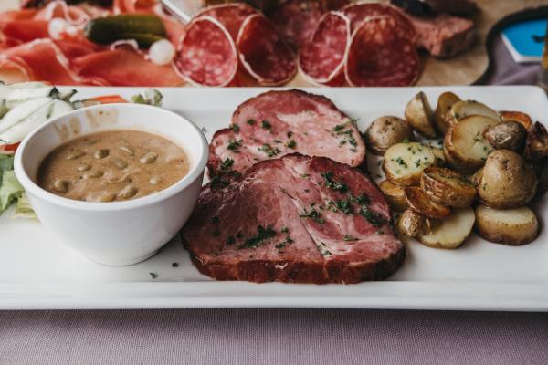 Judd mat Gaardebounen (pescoço de porco defumado com feijão-verde), prato típico de Luxemburgo
