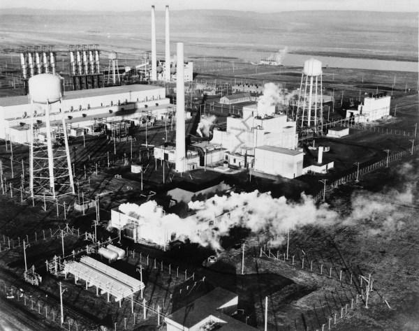 Vista aérea da área 100-B com o Reator B, o primeiro reator nuclear de larga escala, construído durante Projeto Manhattan.