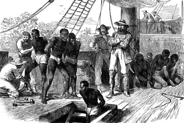 Ilustração de africanos escravizados em um tumbeiro.
