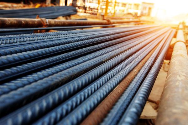 Vergalhões de aço, uma liga de ferro com carbono.