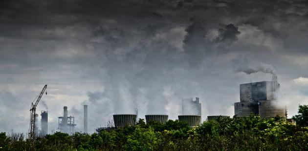 Cidade com indústrias e poluição do ar