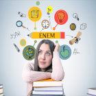 Estudante com vários elementos escolares