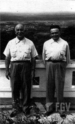 À direita, na imagem, está Humberto Castello Branco, um dos grandes nomes que arquitetaram o Golpe Militar de 1964*