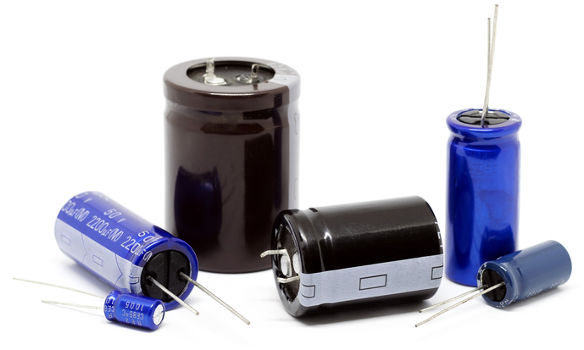 É provável que você já tenha visto algum desses por aí. Os capacitores estão entre os mais comuns dispositivos eletrônicos.