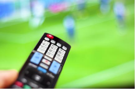 A comunicação entre o controle remoto e a televisão se dá por radiação infravermelha