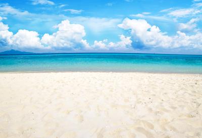 A areia da praia fica mais quente do que a água durante o dia porque possui capacidade térmica diferente