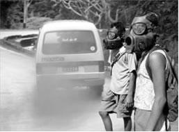 O uso do composto organometálico tetraetil-chumbo, na gasolina, lançava chumbo na atmosfera.