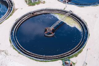 Tanque em estação de tratamento de água onde está sendo aplicado o processo de floculação dos efluentes