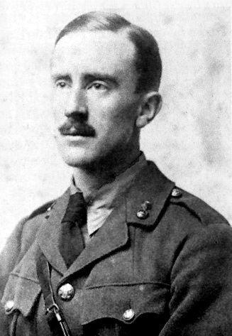 Acima, J. R.R. Tolkien com uniforme militar britânico, em 1916, em meados da Primeira Guerra Mundial
