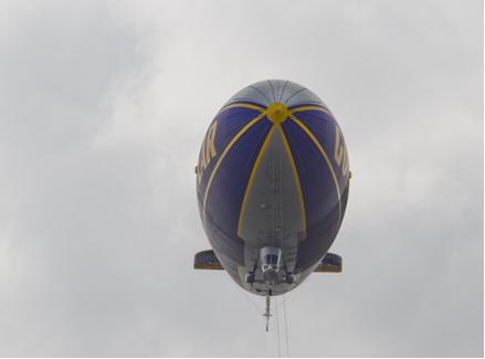 """Os balões """"dirigíveis"""" eram movidos a gás hidrogênio, mas, por ser muito inflamável, ele foi substituído pelo gás hélio.*"""