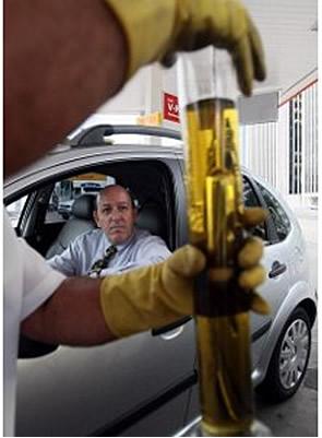 A lei estabelece que o limite máximo de etanol adicionado à gasolina é de 24 % (porcentagem em volume)
