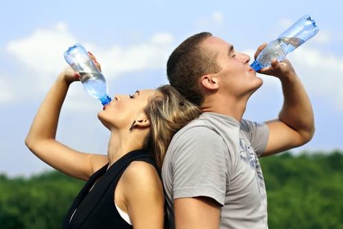 É recomendável beber ao menos 1,5L de água por dia.