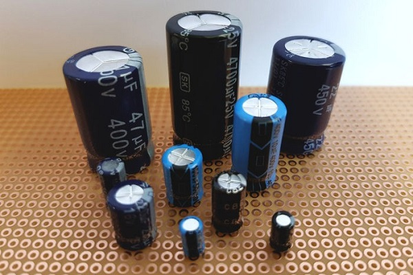 Os capacitores são dispositivos eletrônicos usados para armazenar cargas elétricas.