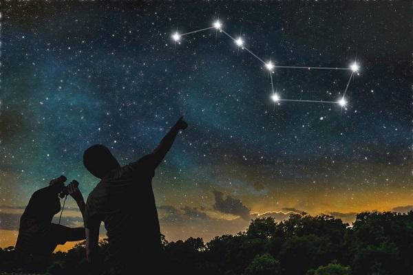 A constelação da Ursa Maior é uma das mais famosas e distinguíveis constelações.