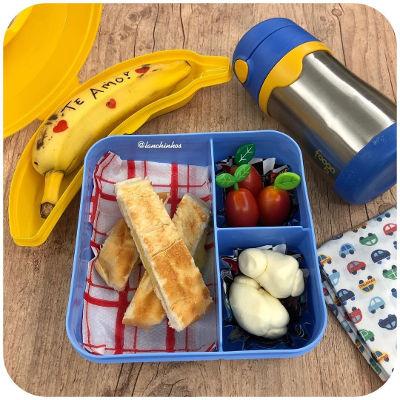 Lanchinho de hoje: pão de padaria com queijo na sanduicheira, tomatinhos, queijinho muçarela, banana e chá de limão gelado (@lanchinhos).