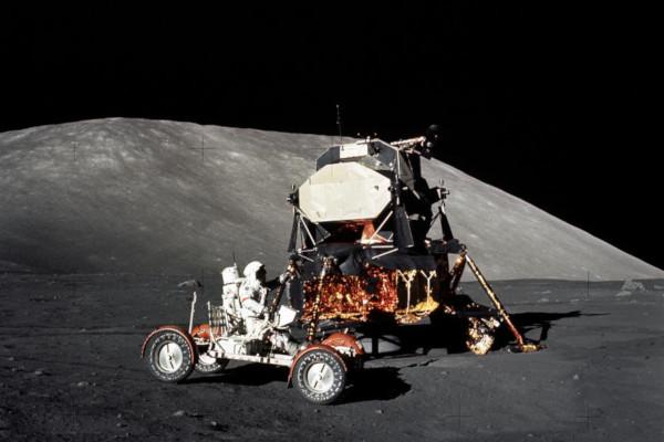 Na foto, o capitão da missão Apollo 17, Eugene Cernan, checa o funcionamento do veículo lunar. (Créditos: Reprodução Nasa)