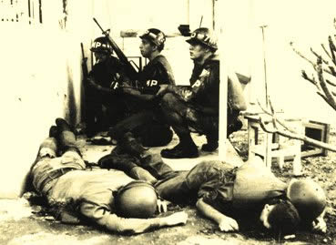 Imagem de dois soldados norte-americanos mortos durante o ataque à Embaixada dos EUA.