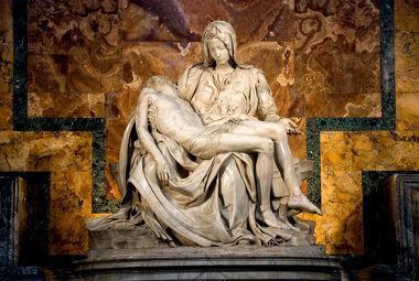 """A """"Pietá"""", do italiano Michelangelo, é uma das mais expressivas esculturas do Renascimento"""