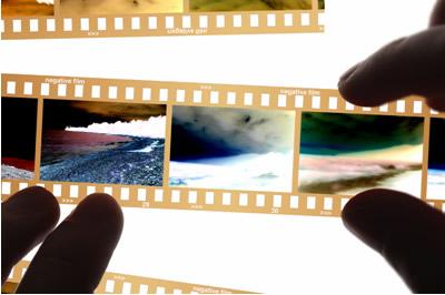 O contraste visualizado nos negativos fotográficos é resultado da redução dos íons de prata
