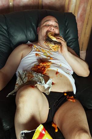 A compulsão alimentar pode estar relacionada à condição psicológica.