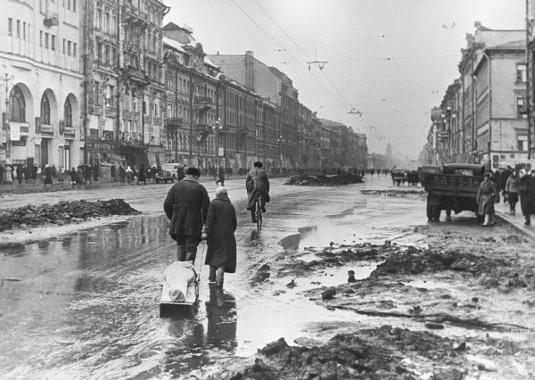 Ruas de Leningrado, URSS, durante o cerco *