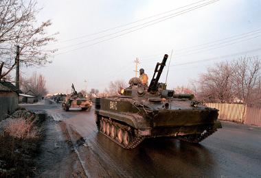 Exército russo em direção a um campo de combate na Chechênia ¹