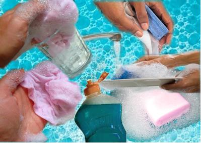 A espuma produzida pelos sabões e detergentes desempenha que papel na limpeza da sujeira e da gordura?