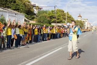 Setembro de 2013: população catalã forma um cordão humano de 400 km pedindo independência*