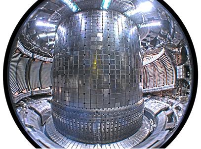 Imagem do interior de um reator nuclear a fusão do tipo Tokamak, local onde fica confinado o plasma [1]