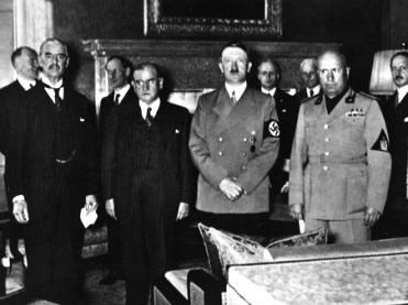 O encontro das autoridades inglesas, francesas, alemãs e italianas na Conferência de Munique.